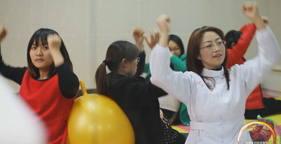 孕妇学校教准妈妈们适当运动有益健康.jpg