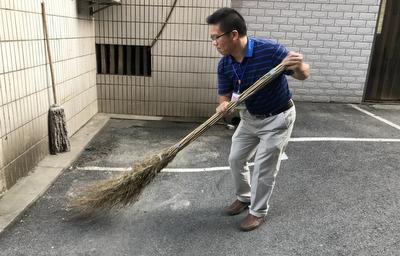 宜都妇幼院领导参加大扫除.JPG